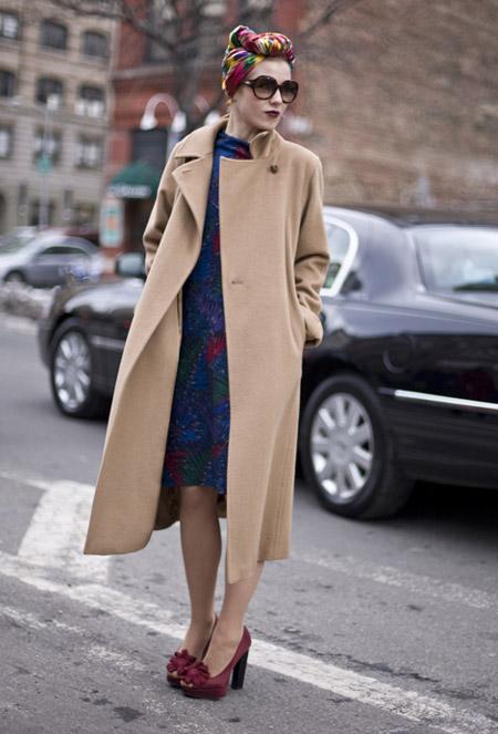 Девушка в туфлях и длинном пальто