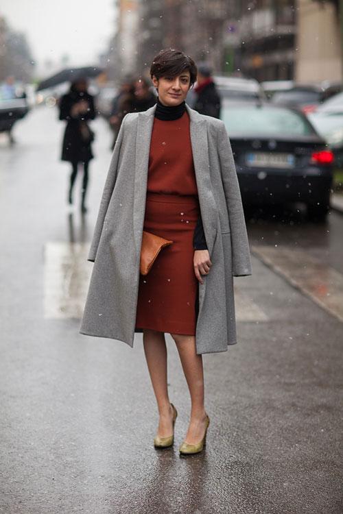 Девушка в туфлях и пальто