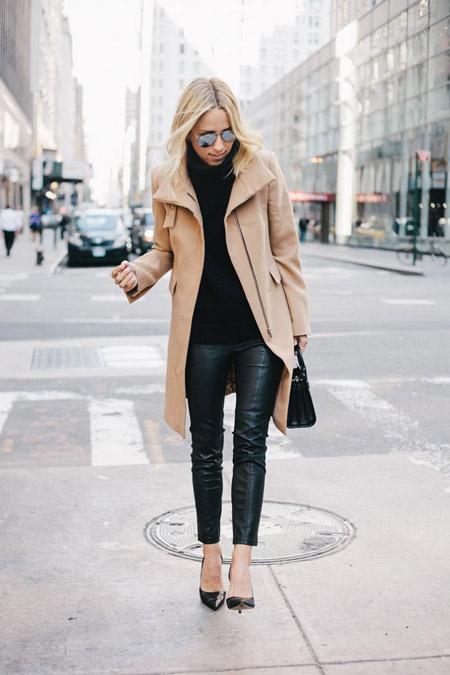 Девушка в узких брюках и коротком пальто