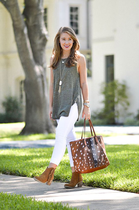 Девушка в в сером топе, белых джинсах с коричневой сумкой тоут