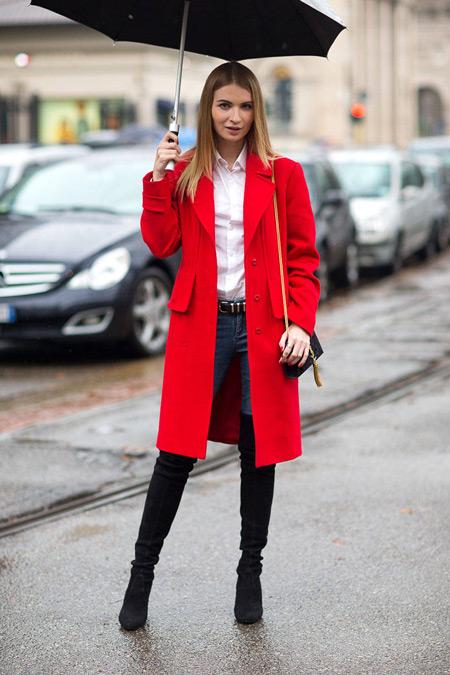 Девушка в высоких сапогах и в красном пальто
