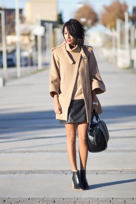 Девушка в юбке и коротком бежевом пальто