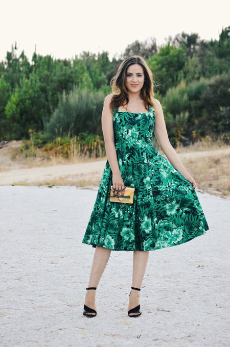 Девушка в зеленом платье миди с принтом и черных босоножках
