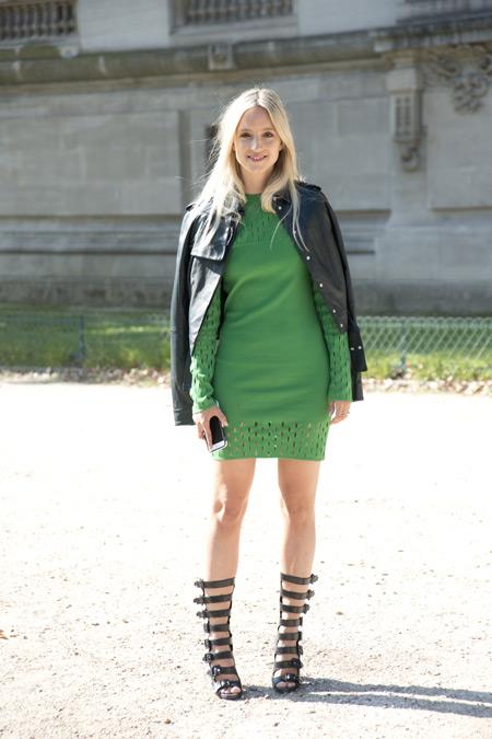 Девушка в зеленом платье., кожаная куртка и черные сандалии гладиаторы
