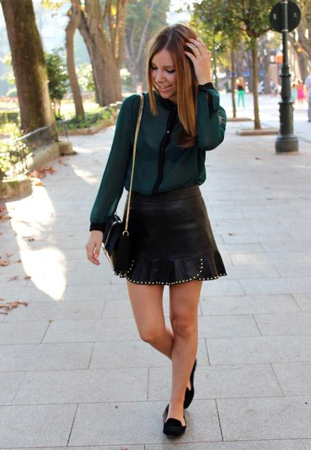 Девушка в зеленой блузке и кожаной юбке
