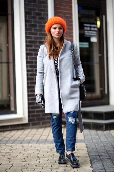 Девушка вбелой рубашке и светлом пальто