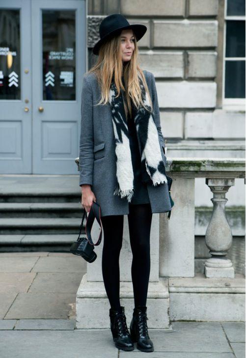 Девушкав темной шляпе и сером пальто