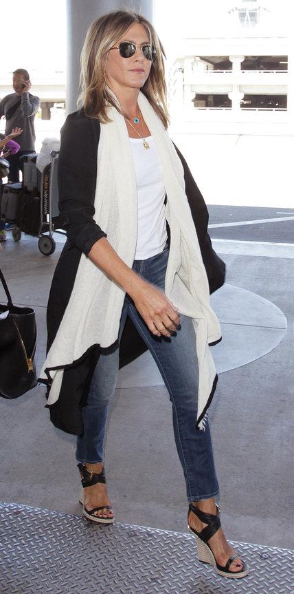 Дженнифер Энистон в джинсах и черном плаще