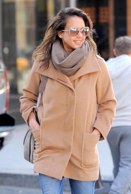 Джессика Альба в бежевом пальто и очках