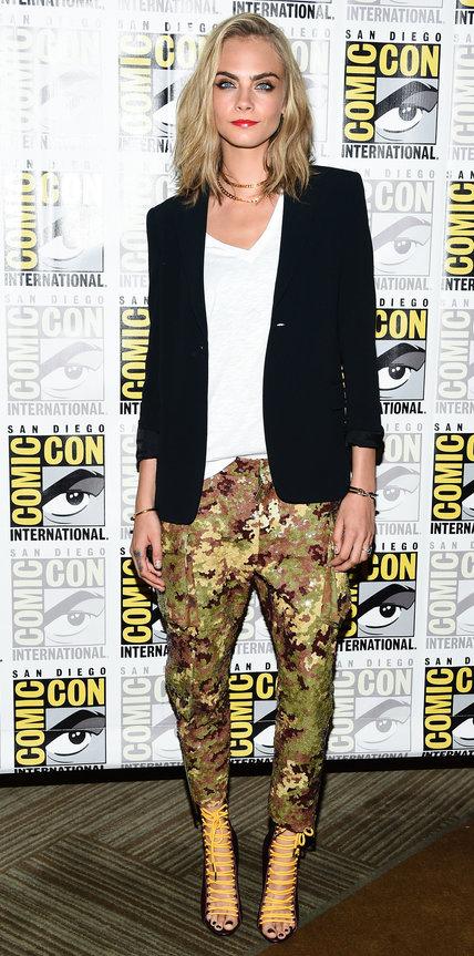 Кара Делевинь в камуфляжных штанах и блейзере