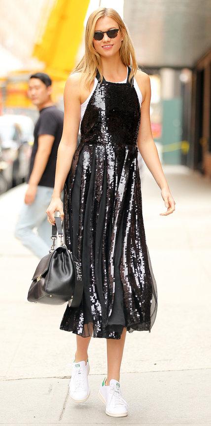Карли Клосс в черном вечернем платье и белом топе