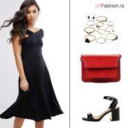 Лук с черным платьем, красной сумкой и босоножками