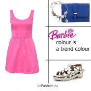 Лук с розовым платьем, синим клатчем и серебристыми сандалиями