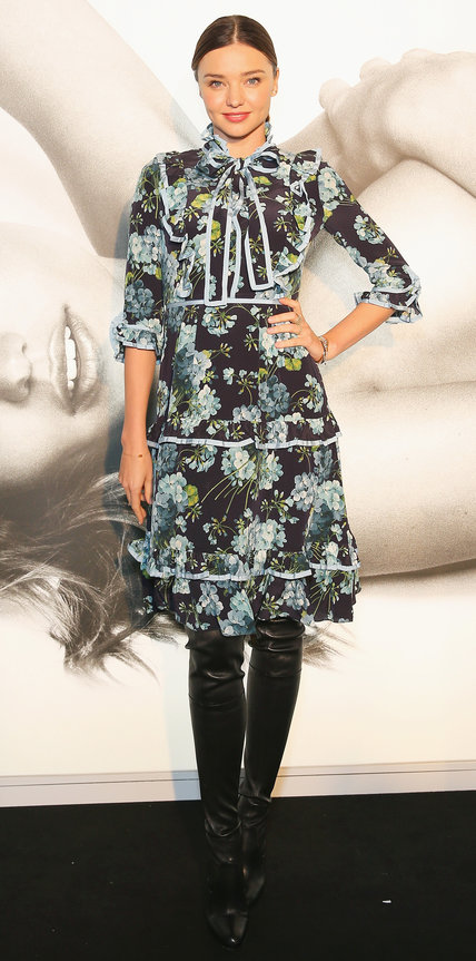 Миранда Керр в платье с цветочным принтом и кожаных ботфортах