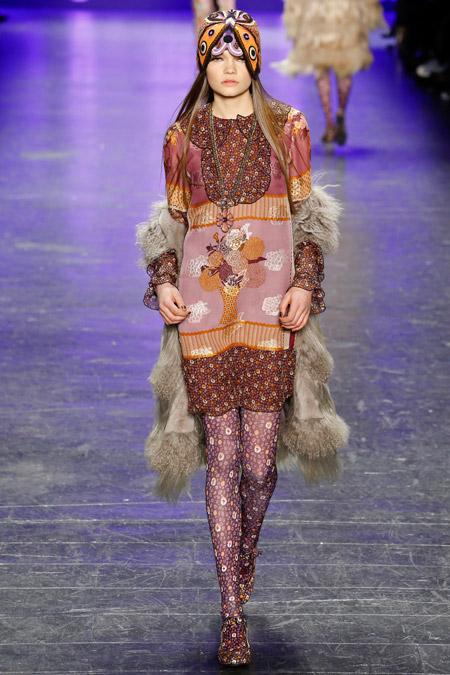 Модель на показе Anna Sui в обтягтвающей шапке