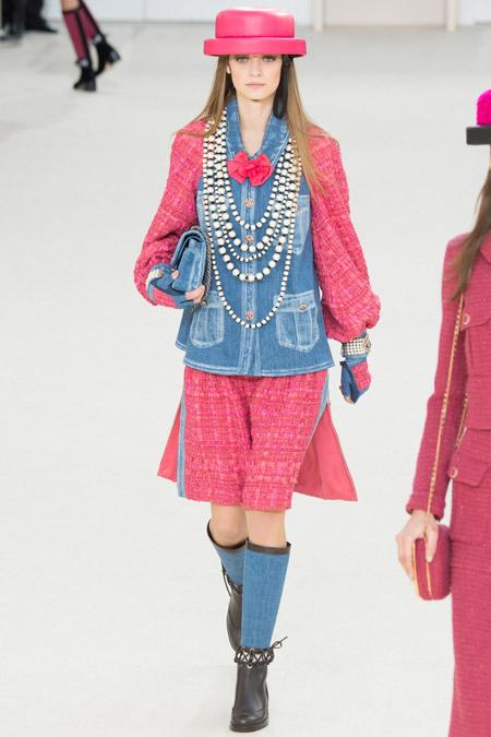 Модель на показе Chanel в розовой шляпке