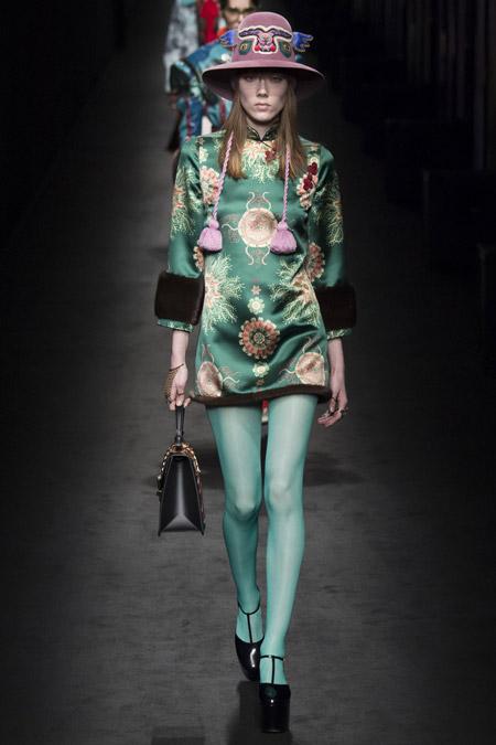 Модель на показе Gucci в шляпе с принтом