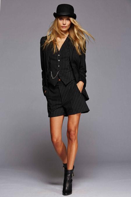 Модель на показе Polo Ralph Lauren в котелке и костюме в полоску