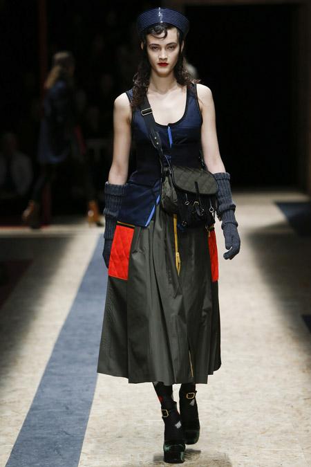 Модель на показе Prada в берете в морском стиле