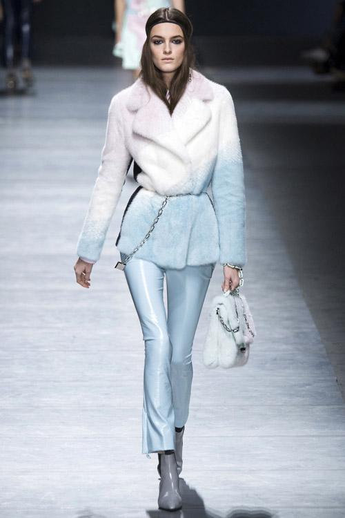 Модель в бело-голубой шубе от Versace - тенденции зима 2017
