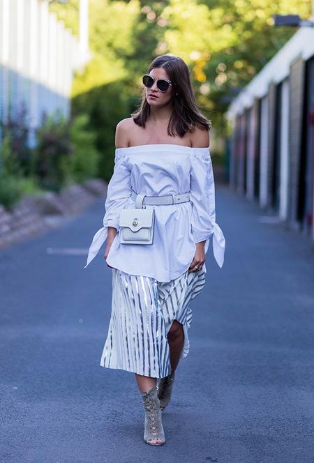 Модель в белой блузе, юбка миди в полоску и босоножки