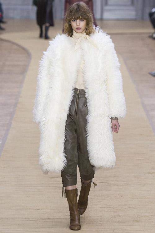 Модель в белой шубе Chloe - тенденции зима 2017
