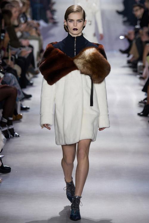 Модель в белой шубе от Christian Dior - тенденции зима 2017