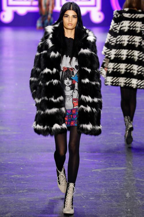 Модель в черно-белой шубе Anna Sui - тенденции зима 2017