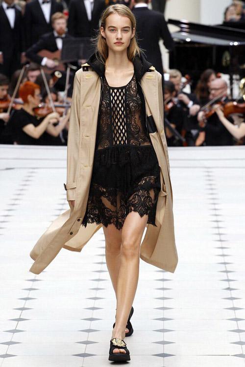 Модель в черном платье от Burberry