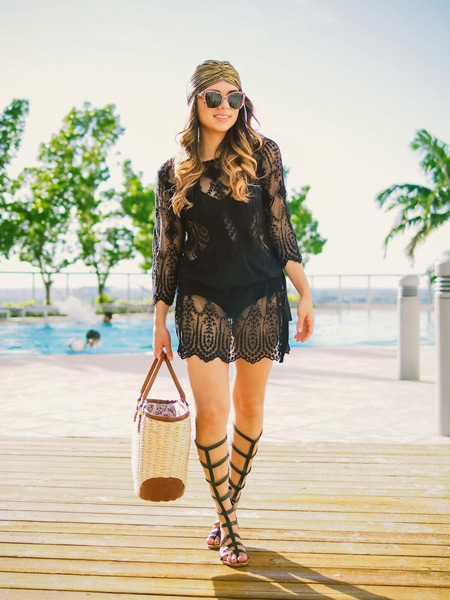 Модель в черном пляжном платье, платьк на голове и сандалии гладиатоы