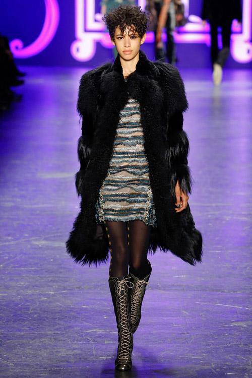 Модель в черной шубе Anna Sui - тенденции зима 2017