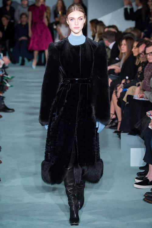 Модель в черной шубе Oscar de la Renta - тенденции зима 2017