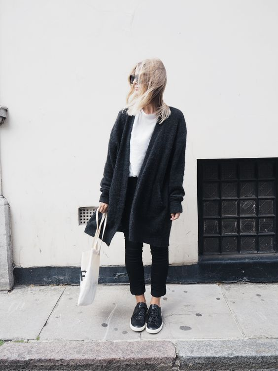 Модель в черных штанах, пальто, белой футболке и сумка тоут