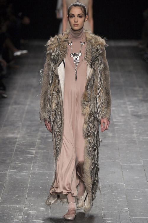 Модель в длинной шубе от Valentino - тенденции зима 2017