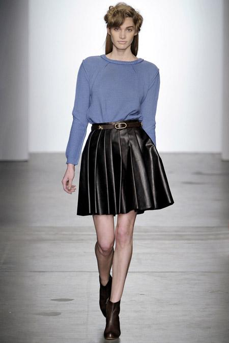 Модель в голубом джепере и кожаной юбке-солнце