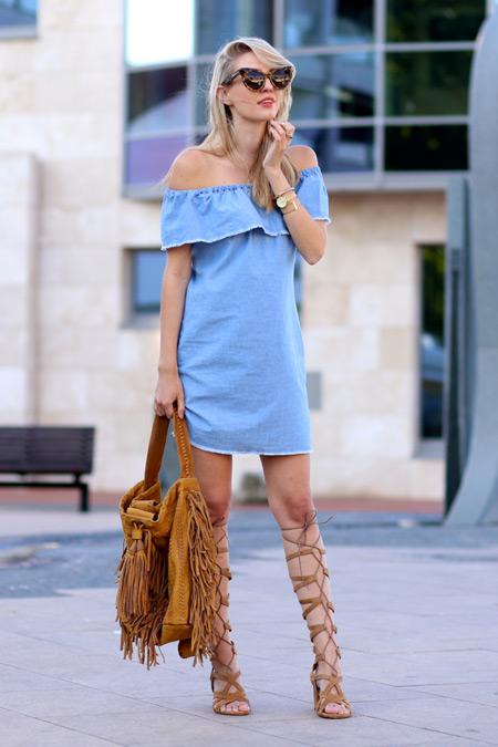 Модель в голубом сарафане и коричневых сандалиях гладиатора
