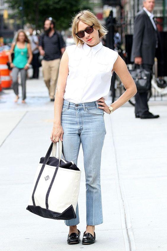 Модель в голубых джинсах, рубашка без рукавов и большая сумка тоут