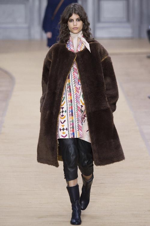 Модель в коричневой шубе Chloe - тенденции зима 2017