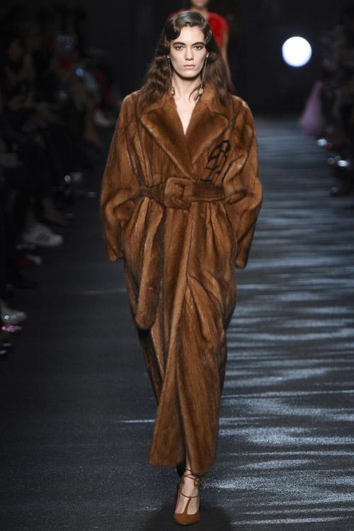 Модель в коричневой шубе от Blumarine - тенденции зима 2017