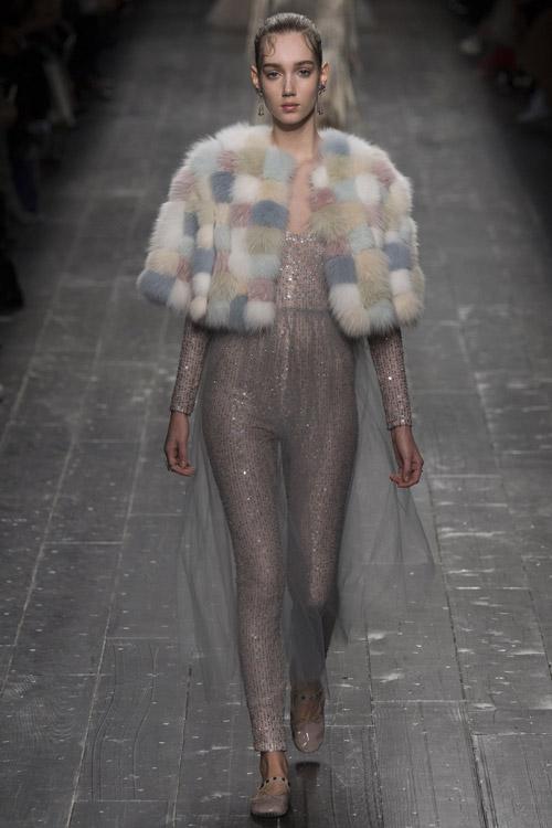 Модель в короткой шубе от Valentino - тенденции зима 2017