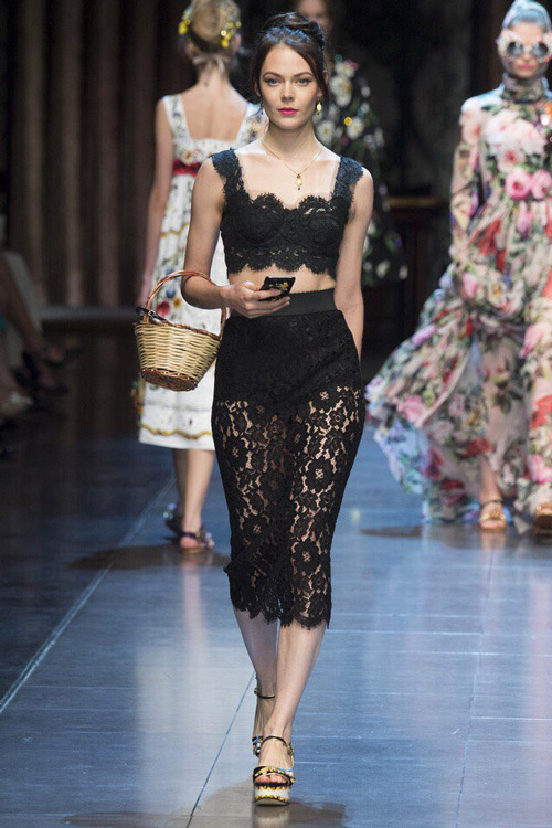 Модель в костюме от Dolce-&-Gabbana