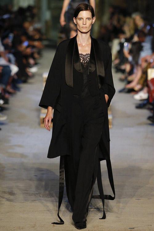 Модель в костюме от Givenchy-2