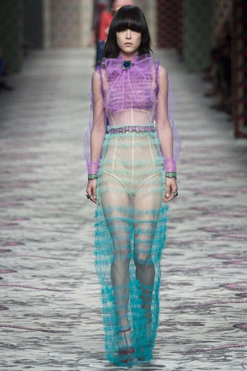 Модель в костюме от Gucci