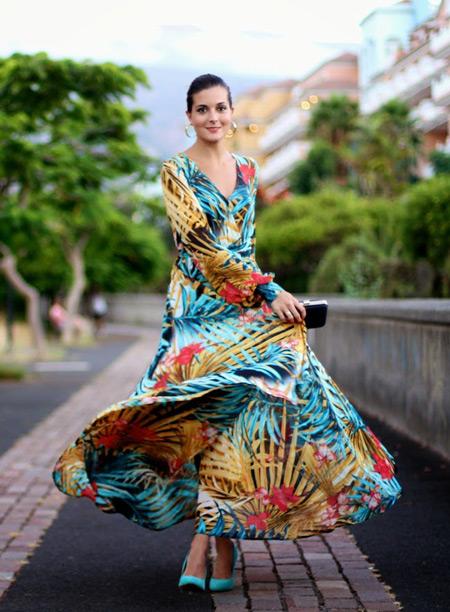 Модель в красивом платье максис тропическим принтом