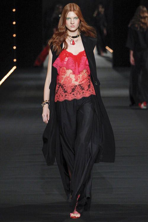 Модель в красном топе от Alexis-Mabille