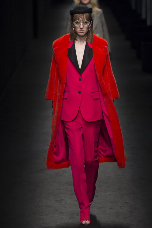Модель в красной шубе от Gucci - тенденции зима 2017