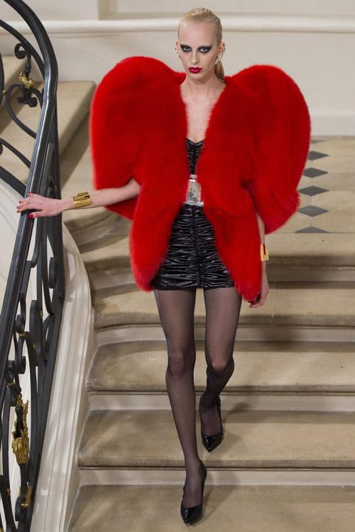Модель в красной шубе от Saint Laurent - тенденции зима 2017