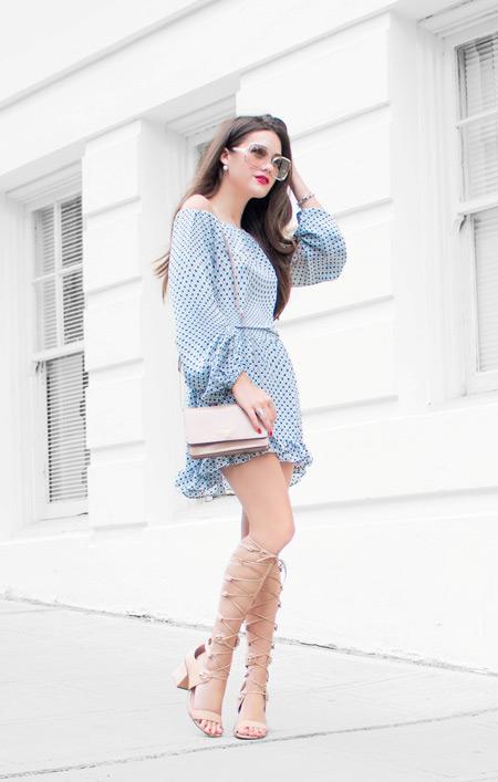 Модель в легком платье с длинным рукавом и бежевая сумочка и сандалии гладиаторы