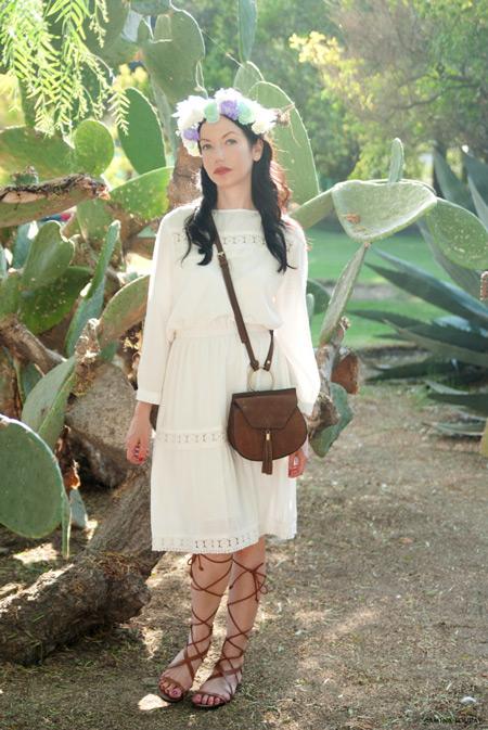 Модель в летнем белом платье, коричневая сумочка и сандалии гладиаторы