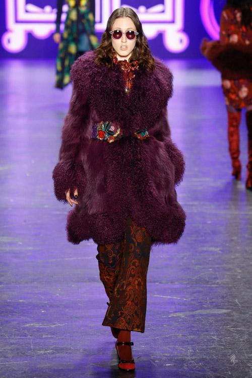 Модель в лиловой шубе Anna Sui - тенденции зима 2017
